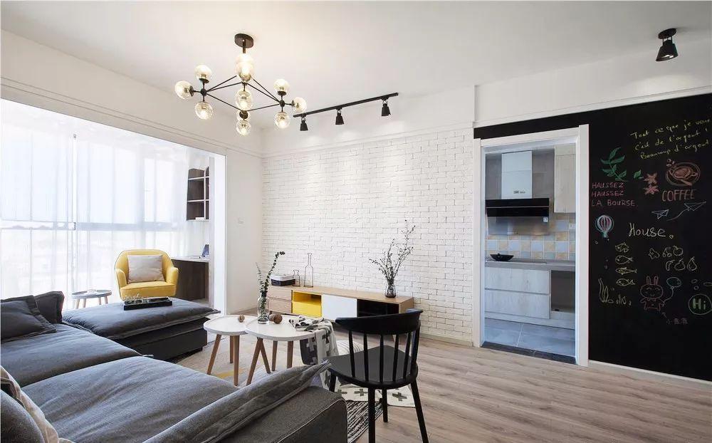 电视墙的右边是厨房,为了让空间看起来更加美观与实用,在厨房门的旁边刷了黑板漆。