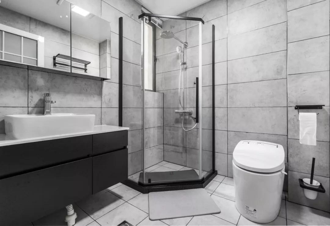 卫生间延续主色调,黑色让空间显得高级前卫,浴室玻璃门设计现代感十足,是很多年轻人喜欢的风格。