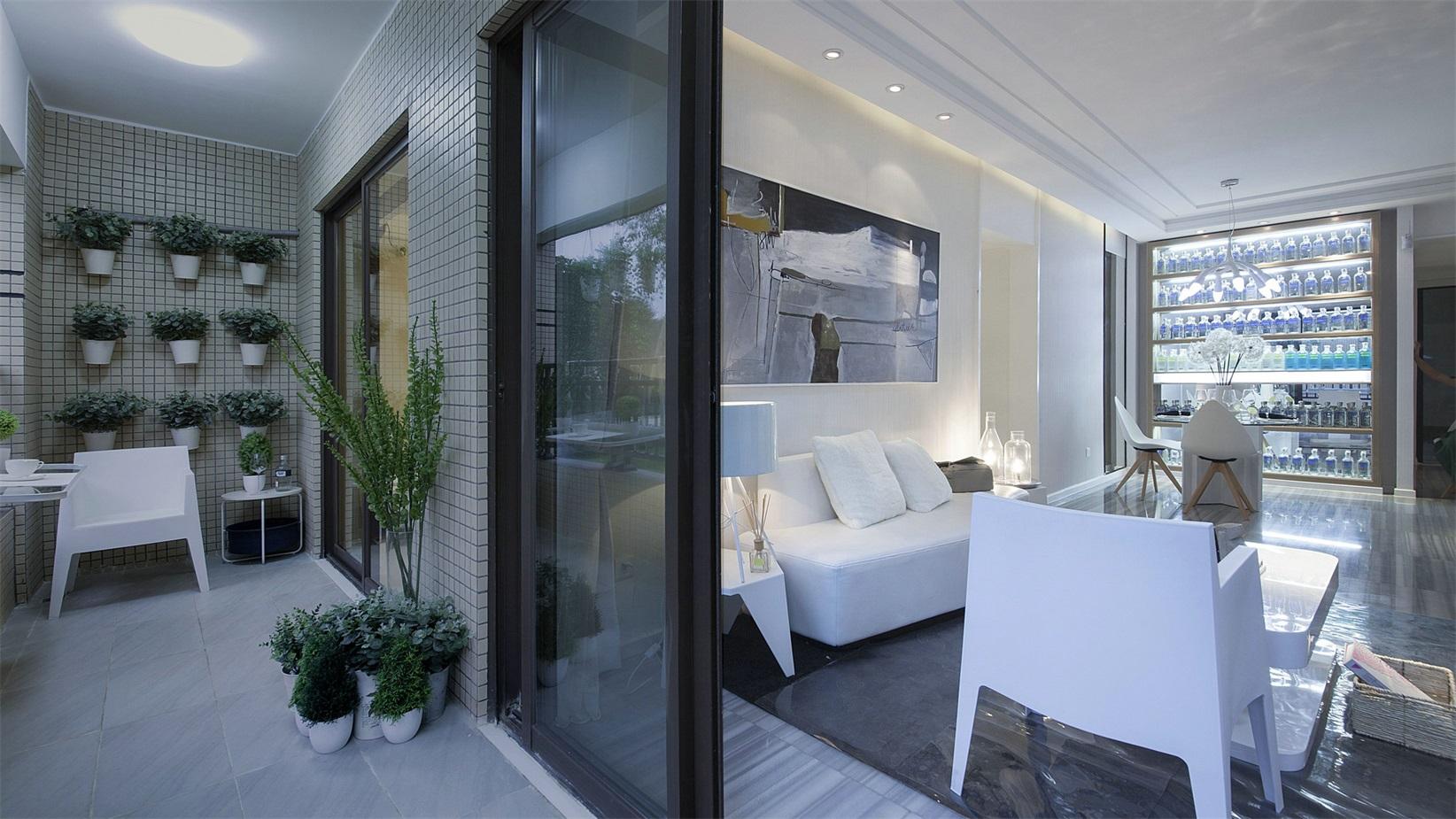 阳台面積宽敞,設計師将其设计为小型花园,放置上休闲椅凳,打造出休闲区。