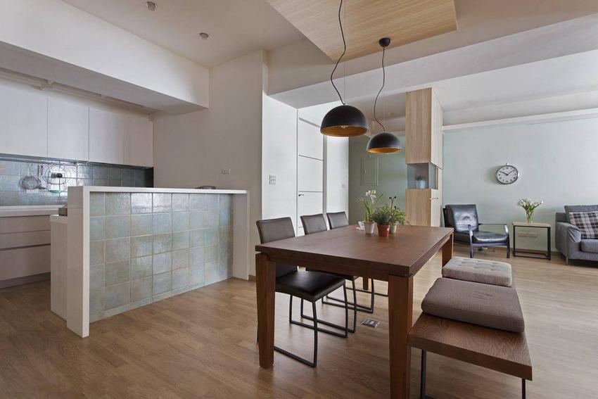 原格局厨房位居整体重心位置,以致三间私域需藉廊道串联,狭小动线不仅压缩活动空间,大幅扣分休闲质感。