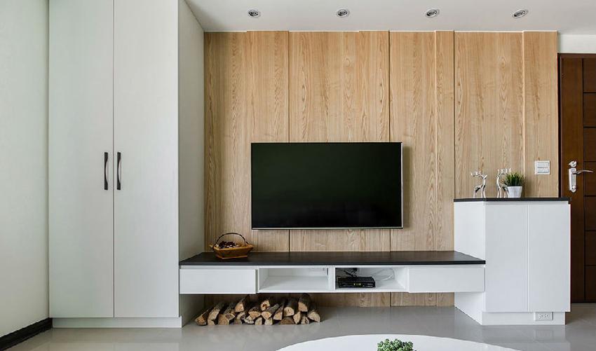 在电视墙的设计上,以温润的木皮做包覆,加上切割的勾缝线条,增添时尚与简洁的面貌。