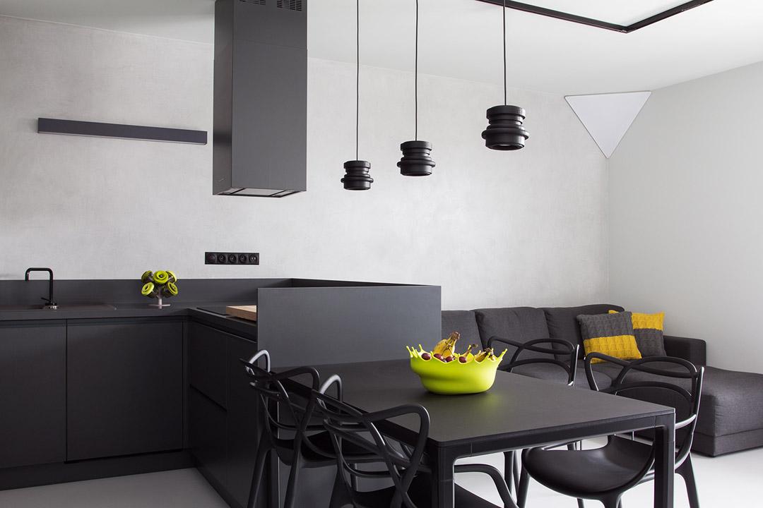餐厅风格简单大方,在家具选用中,还有灯具的选择,都迎合大气高端实感。