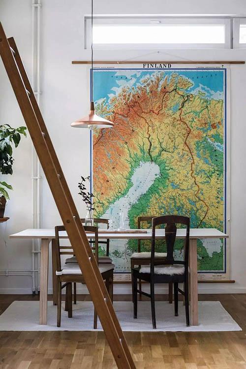 饭厅的布置很简单:一张桌子、一盏吊灯、一张地毯。再添置一幅地图和花来装饰。