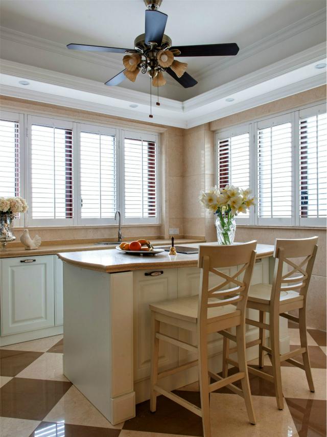 开放式厨房,深得年轻人的喜欢,用古典的吊扇设计给空间增加几抹复古色彩。