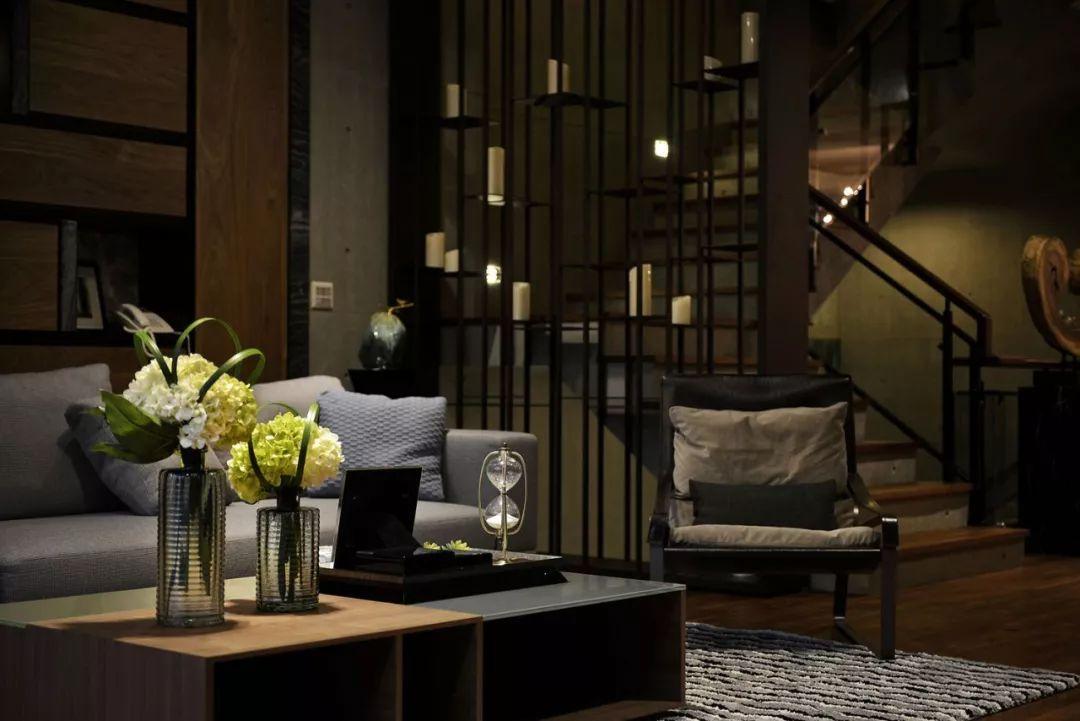 客厅的部分,使用严选耐磨的建材作为木质地板,黑色大理石电视墙和木纹肌理墙面相遇在空间里,沉稳又优雅。