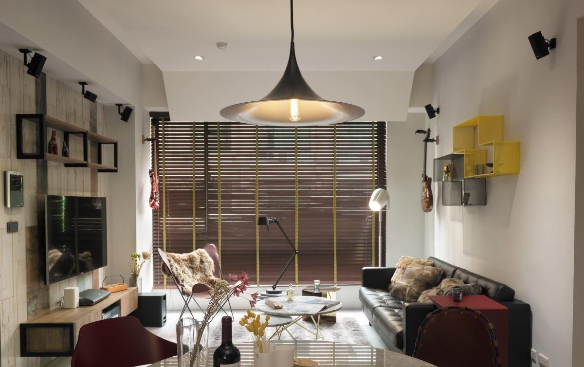 客厅搭配在视觉上有分层的感觉,再加上造型独特的吊灯使客厅的立体感十分强烈。