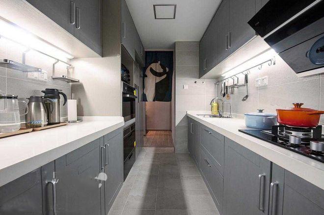 厨房极具对称美感,以浅灰色为主,用黄色厨具进行点缀,活泼自然。
