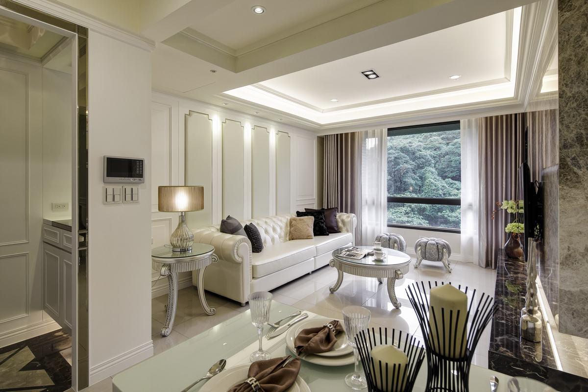 舍弃复杂的造型,利用墙面、地砖等材质打造出了家的感觉
