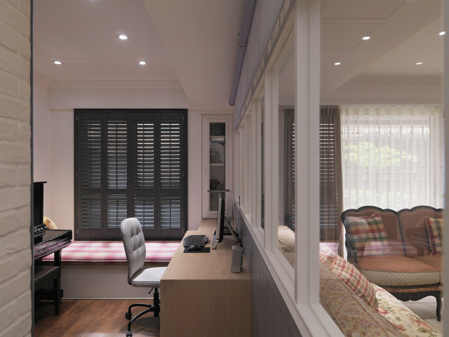 空间装饰简单,干净整洁的床铺和办公桌,营造出一种典雅惬意的生活氛围。