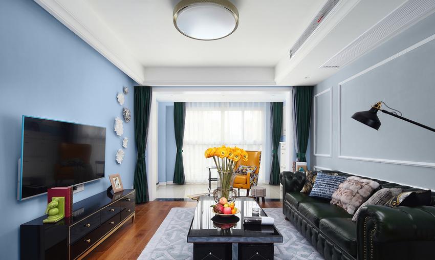 蓝色的背景与皮质沙发的搭配,清新中透着奢华感。