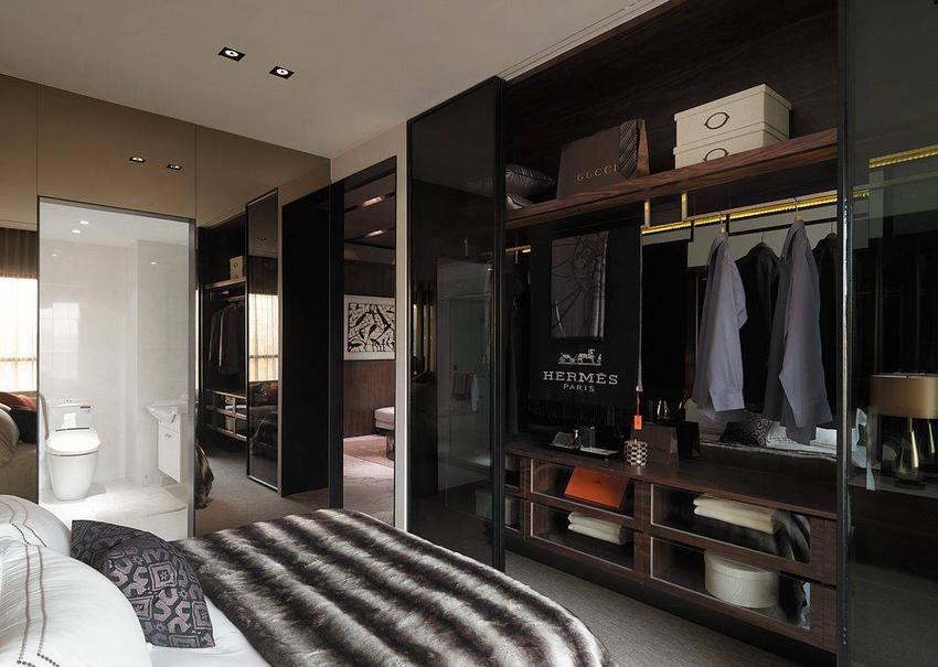 茶镜与黑玻于空间中构成衣物收纳与浴厕机能。