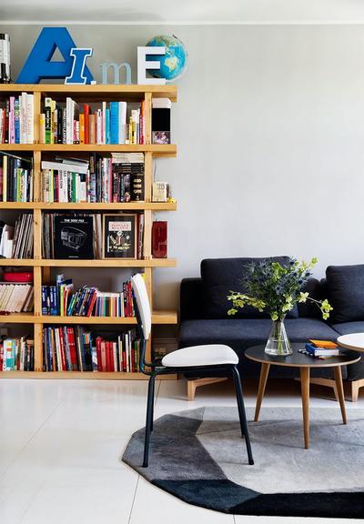 客厅简单随意,沙发带来了深浅的颜色碰撞,浪漫自然。