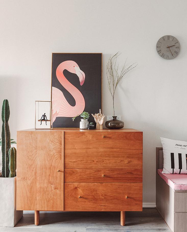 温润的樱桃木斗柜,中和了灰度空间的质感,软装配画点亮空间格调。