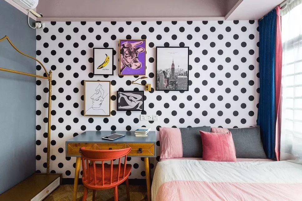 次卧做女儿的睡眠空间,在设计上会更为浪漫、简约一些,靠窗的单人床,用书桌来代替床头柜,方便使用。