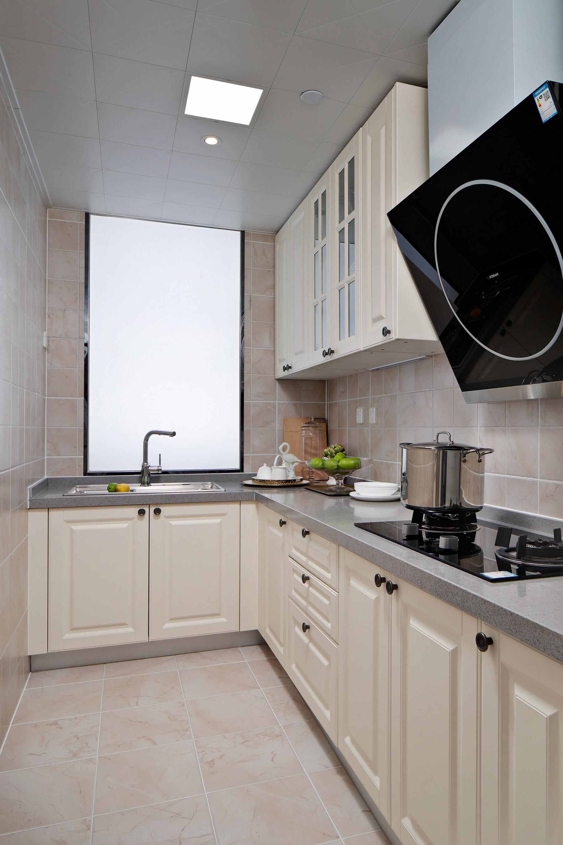 厨房采用时下流行的L型设计,浅色橱柜让整个空间看着很干净,地柜+吊柜满足收纳,保证厨房的整洁。