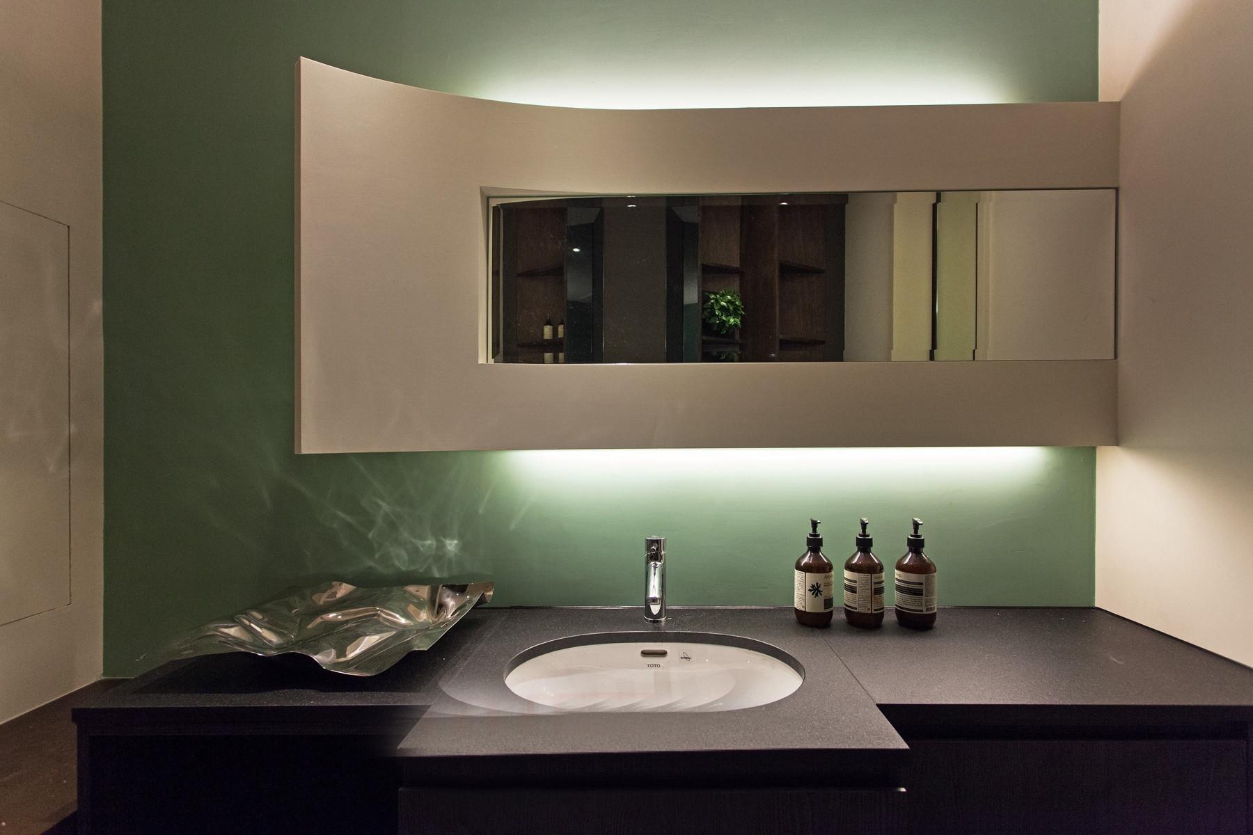 卫生间是做了彻底的干湿分离,把洗手台给外移在卫生间的门外。