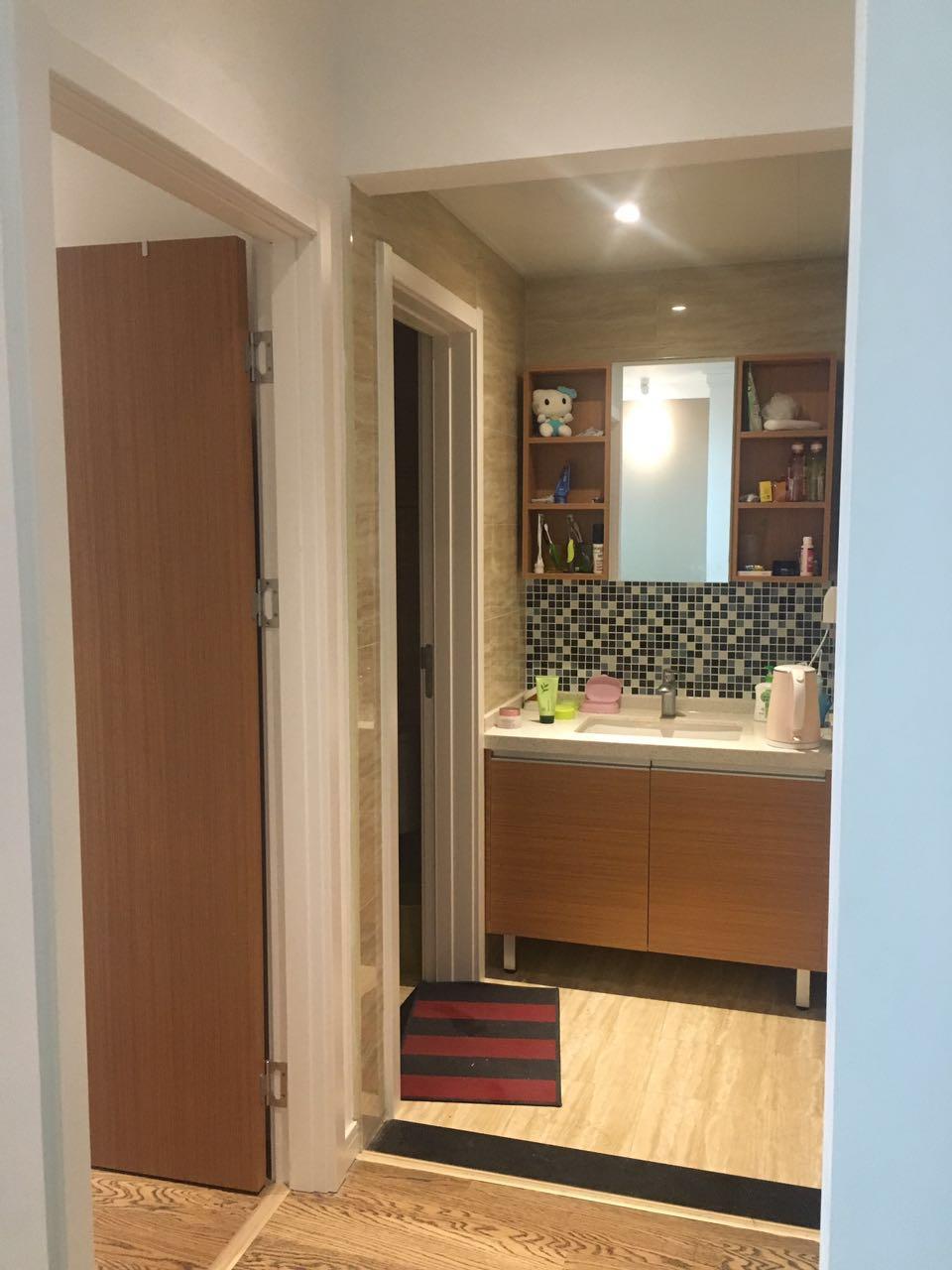 为节省空间,把洗手池安放在卫生间外也是比较常见的,标准化的装饰让房间的整体风格统一、和谐。