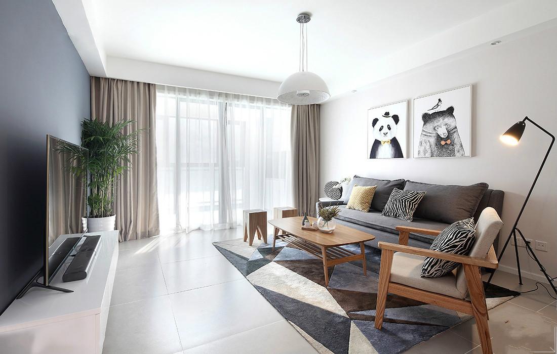 客厅黑色的布艺沙发以及木质的茶几,整体以简欧为主,简约时尚