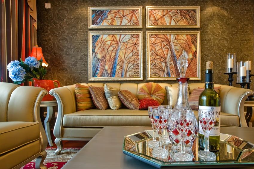沙发背景墙以花纹图案壁纸装饰,并辅以欧风装饰画,凸显艺术气质。