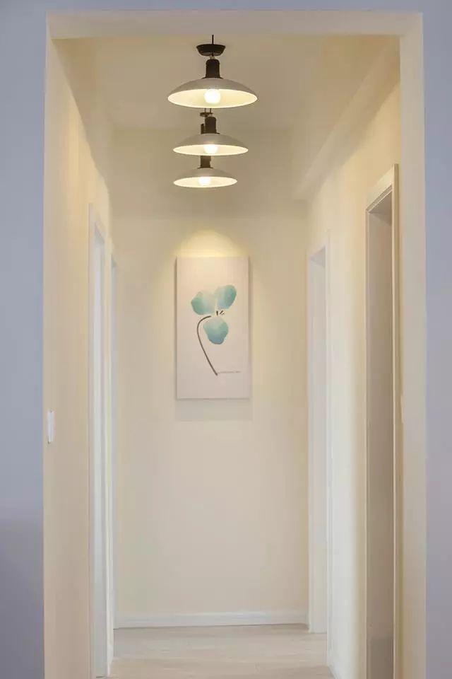 这边是过道部分,装了三个小吊灯,过道尽头是一幅简约漂亮的挂画。