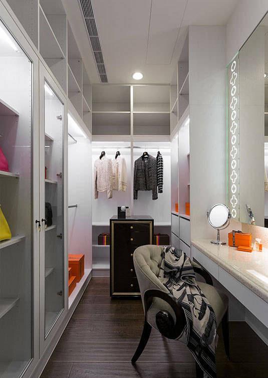 考量女屋主大量的收纳需求,设置结合收纳与展示机能的柜体,搭配灯光的营造。