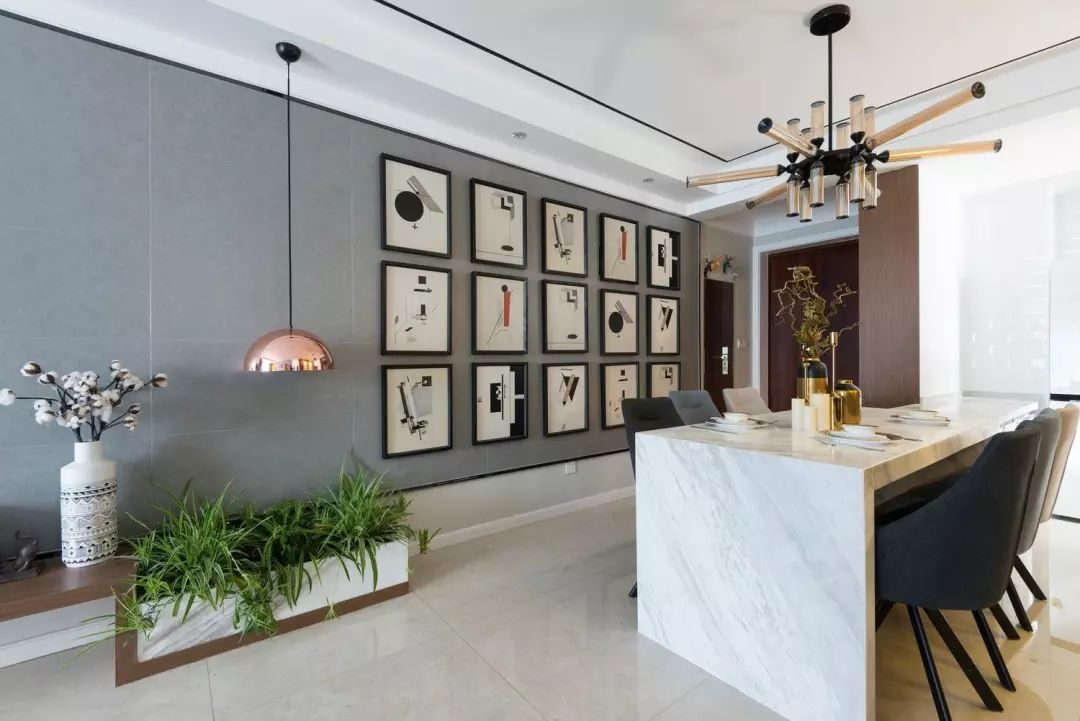 客厅望向入户,客餐厅互通,极简天花嵌入不锈钢饰条,细节处理呈现精致空间。