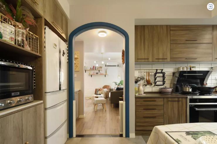 原本厨房是在一个封闭的小房间里面,设计师巧妙的变换了空间,现在的厨房是开放式的,空间上变的宽敞。
