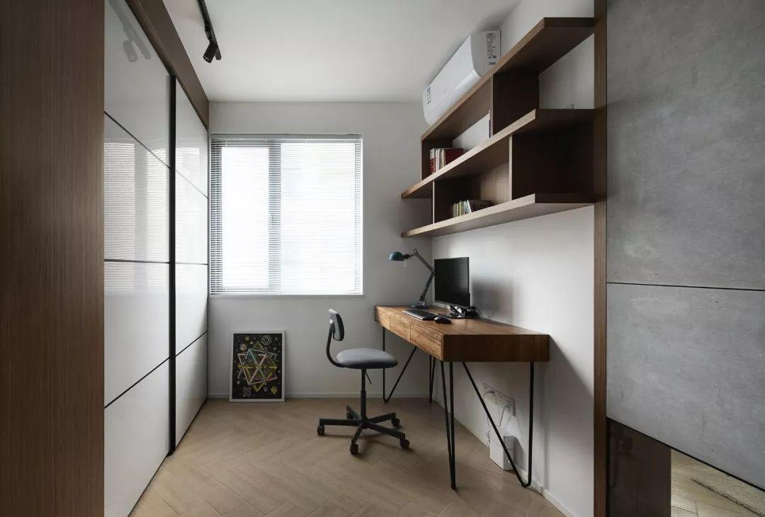 书房一侧做为办公看书使用,一侧是衣柜,可充当衣帽间使用。