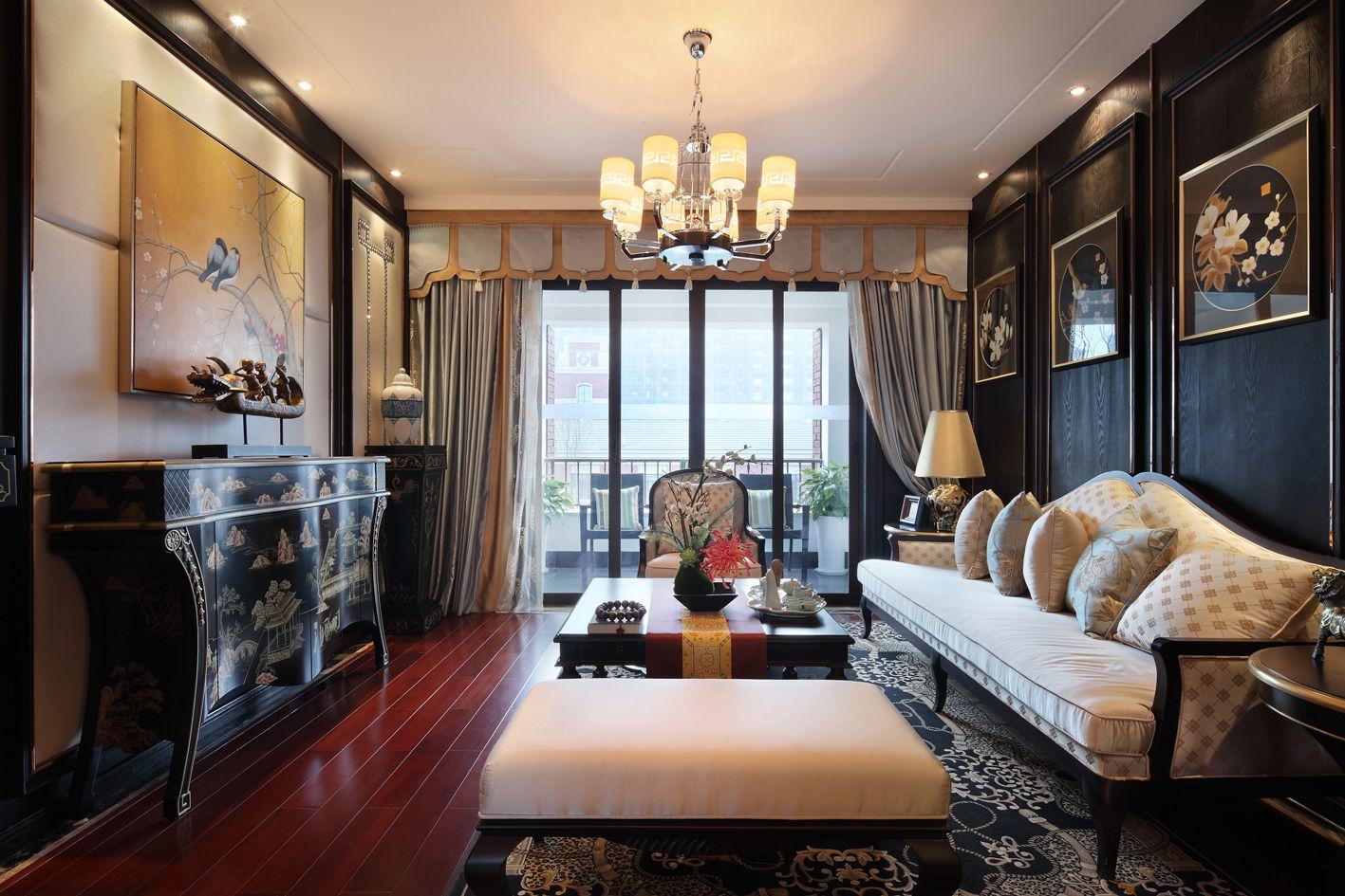 客厅中放置着以黑色原木为框的座沙发,整个简约大气之感