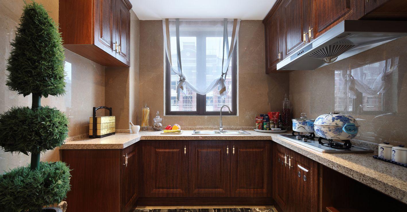 开放式厨房设计空间非常灵活,棕色橱柜与居室主体格调相呼应,大气整洁。