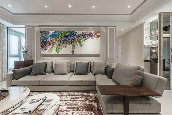 客厅左侧背墙以清玻取代,使客厅呈通透开阔面貌,窗外景色也顺着落地窗映入室内。