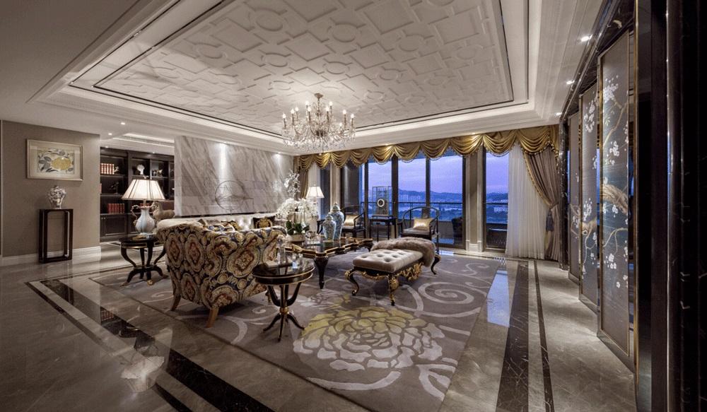 客厅视觉雍容雅美,用色复古优雅,局部金色点缀,弥漫着自由的贵气。