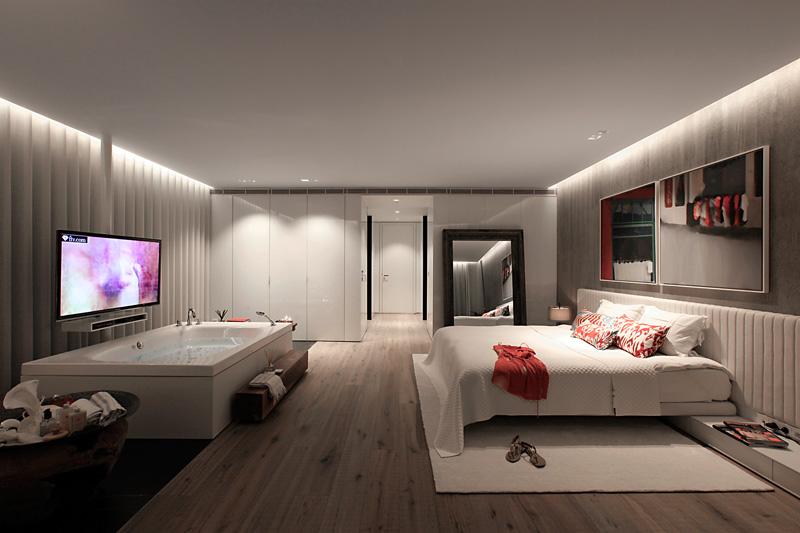 主卧室创意大胆,床的前面就是浴池,突出了业主对生活的热情