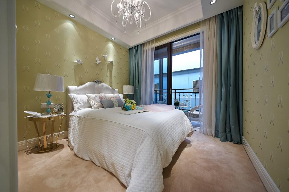 主卧室的背景色改成了更为简约的浅灰色系,让人感觉更加的静谧,更适合睡眠空间。