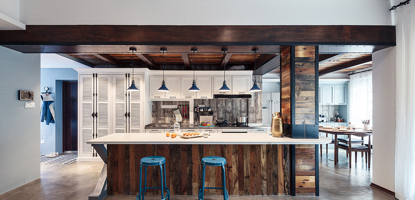 裸露的木梁,淘来的旧木板、灰色水泥砖、铁皮铁打等工业元素搭配呈现出一个酷感十足的厨房。