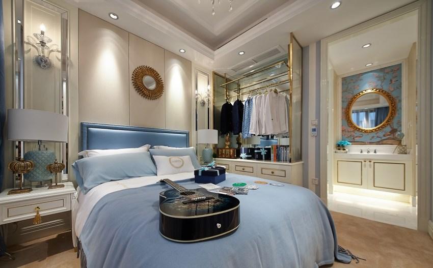 衣物收纳于衣帽间之中,宽大、占空间的衣柜就不必要了。