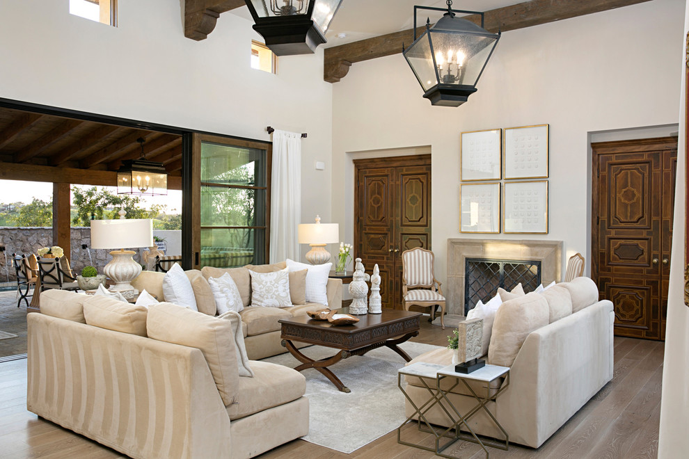 客厅米色沙发稳重,墙背景圆形图案丰富了空间层次
