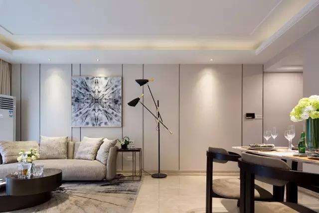 在吊顶安装筒灯的设计提高了整个空间的明亮度,也不会影响整体的美观,与灯带相冲突。