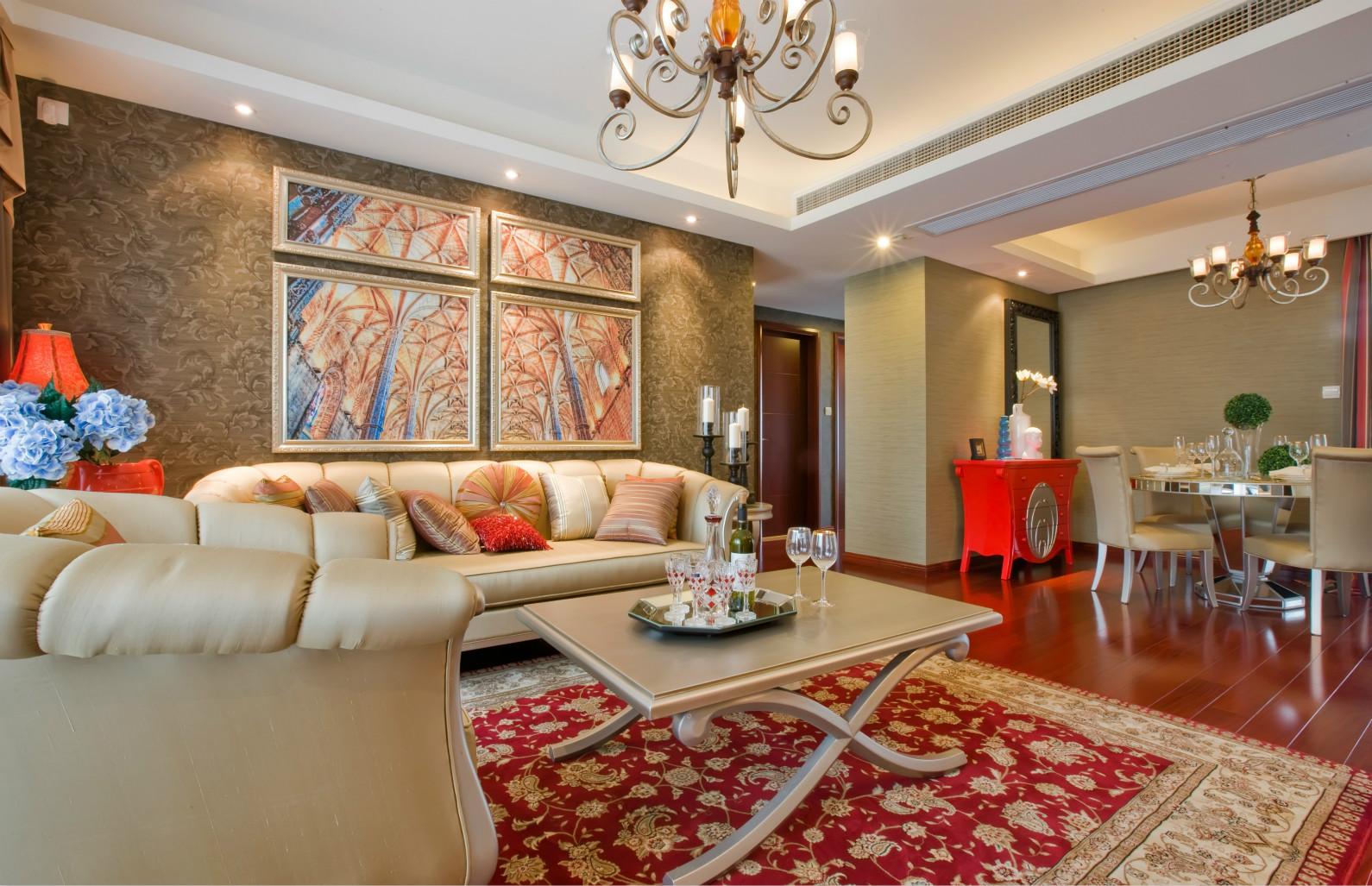 浅色皮质的沙发,搭配实木铁艺边茶几,营造舒适简约的氛围