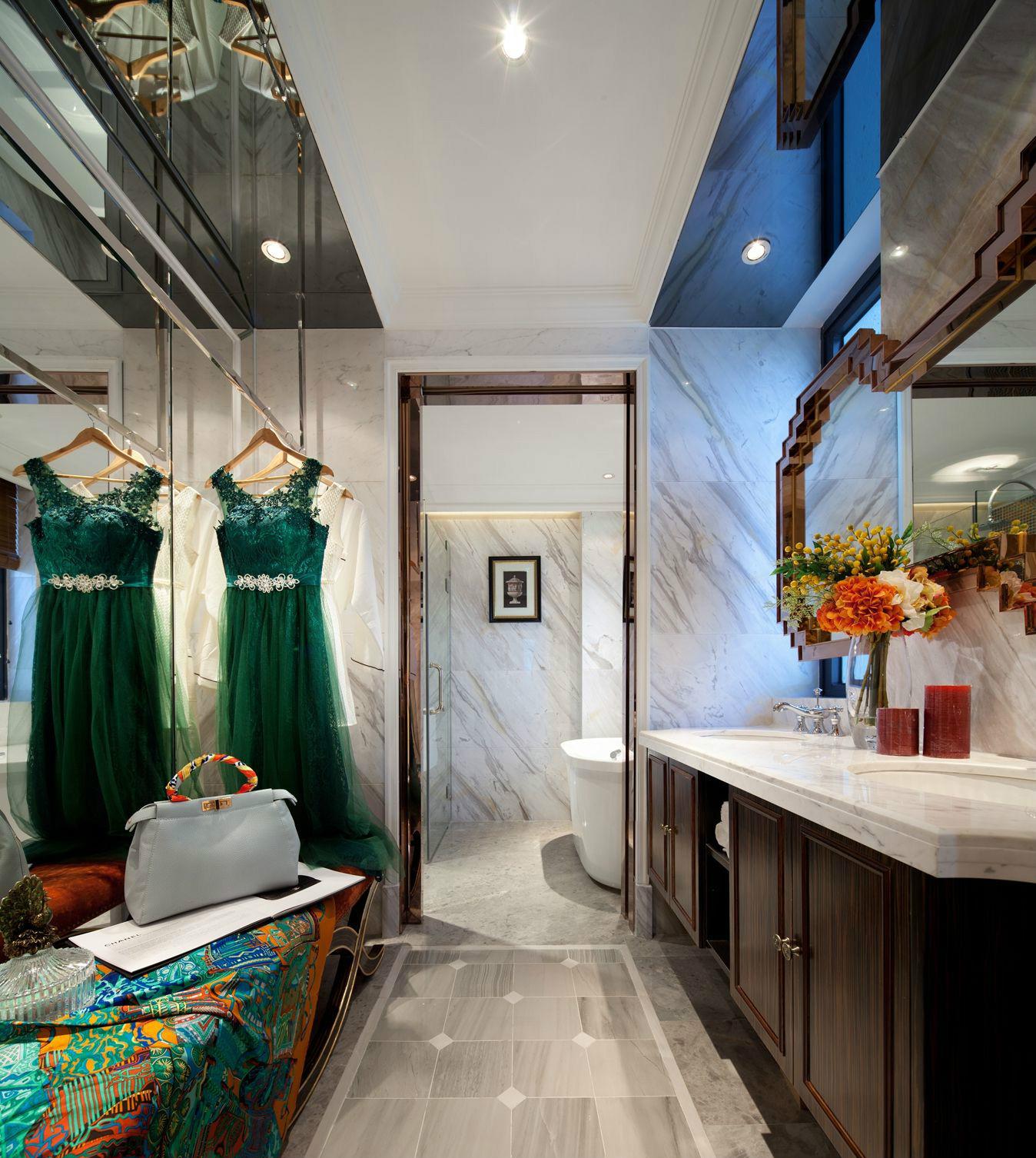 卫生间采用干湿分离设计,让空间更好除湿和通气。拥有纹理的卫浴柜台面,与木质橱柜结合,古朴有质感。