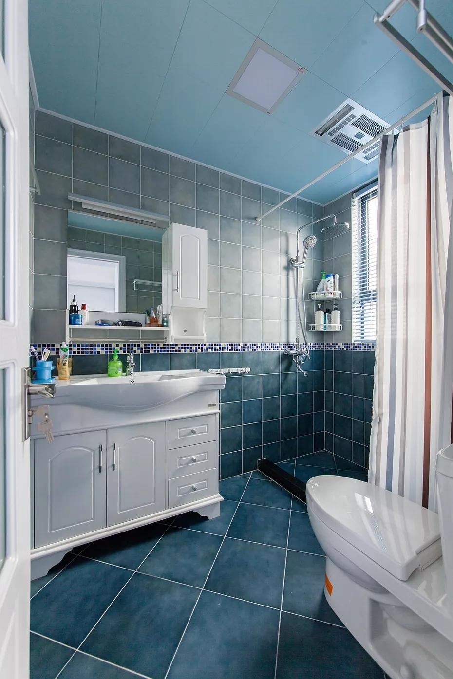 卫生间首先就给人一种蓝色海洋的浪漫气息,白色拉帘设计有效做到干湿分离。
