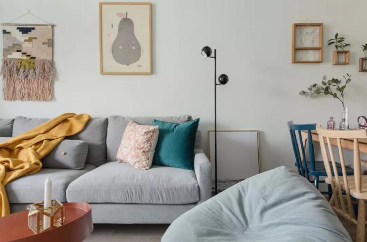 沙发边用一盏落地灯代替了边几,使得空间立体有分区感,又避免了视觉拥挤感。
