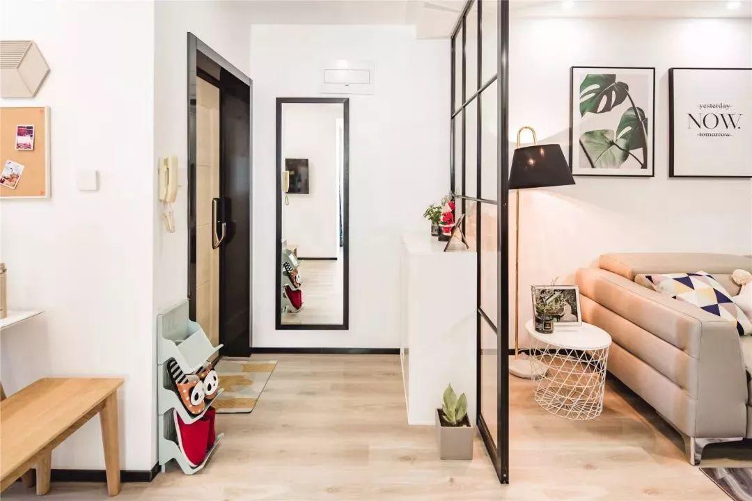玄关处的墙壁上有一面全身镜,出门前可以整理自己的着装,以一个最好的姿态去迎接每一天。