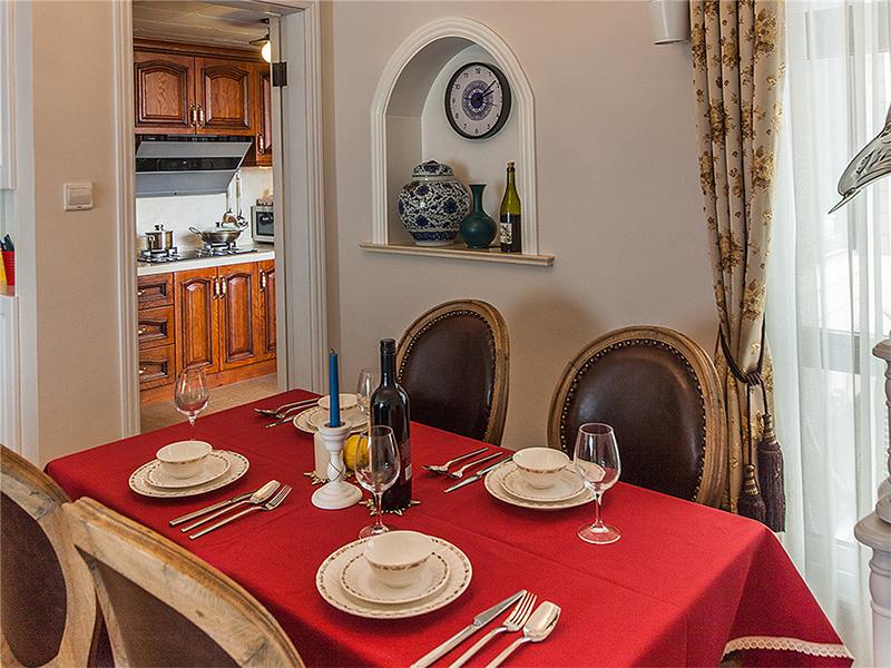 红色的桌布成了餐厅空间的亮点,呈现给大家的是优雅大方。