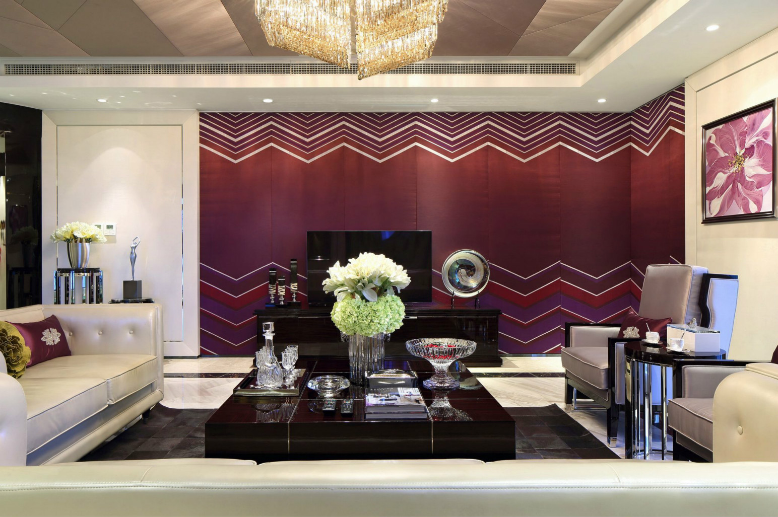客厅很是奢侈而大气,别具一格的吊灯,以及红色为主的背景墙,整个客厅很是温馨。