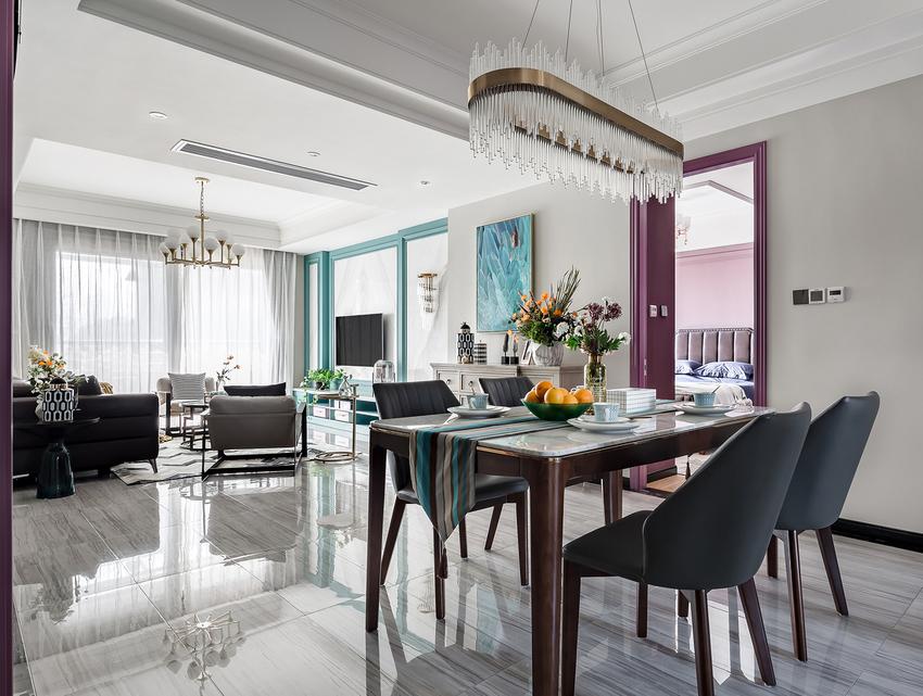 电视墙的湖蓝拼接借着装饰画的起承转合,一路将一抹清新送上了餐桌,桌面荡起涟漪,与客厅遥相呼应。