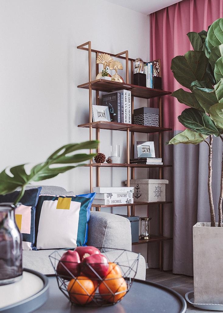 角落里静静矗立的黄铜质感书架,提升一点点非凡的格调。