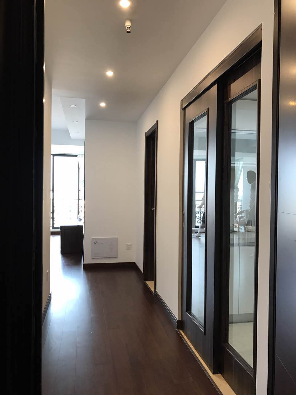 过道两侧是厨房和卧室,整洁而又有种秩序的美感。