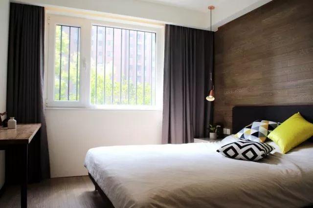 在主卧的设计中,沉稳质朴的灰色背景墙与北欧风情的深灰色床头相呼应,