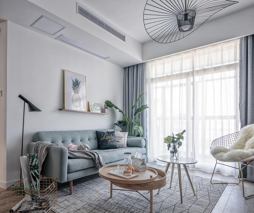 为呈现业主喜爱的简约自然风,运用颜色温和的布制沙发,点缀少许金属元素,空间更显精致优雅。